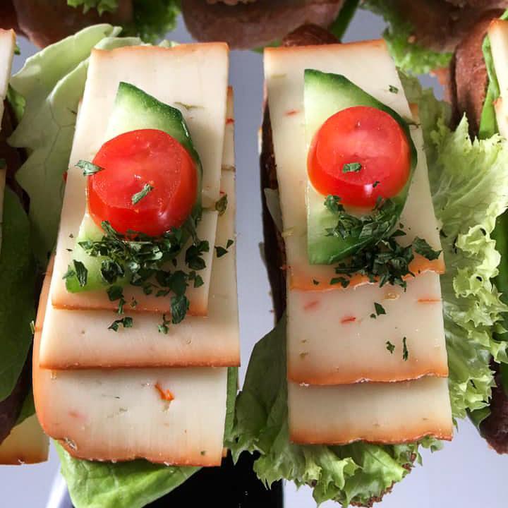 Häppchen mit Salat, Käse, Gurken und Tomaten