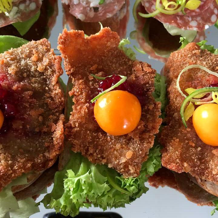 Häppchen mit Salat, Schnitzel und Physalis