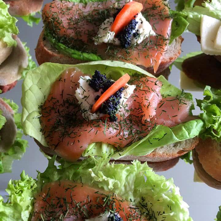 Häppchen mit Salat, Lachs und Dill