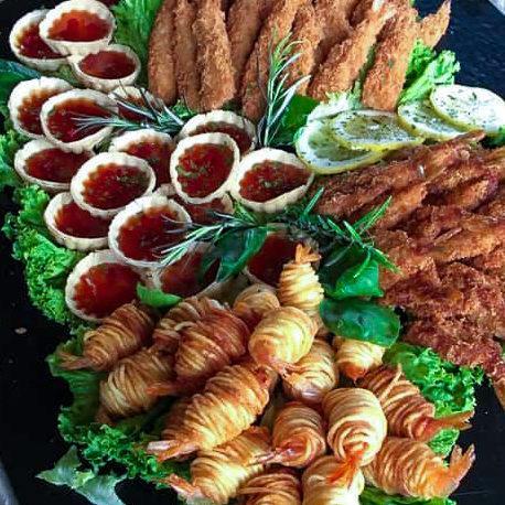 Gemischte Platte mit Potato Shrimps, Dips und panierten Shrimps