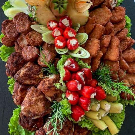 Platte mit Schnitzel und gebratenem Hähnchen