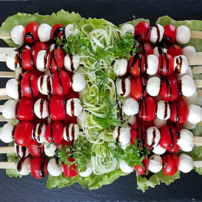 Spießchen mit Mozzarella, Tomaten, Salat und Balsamico