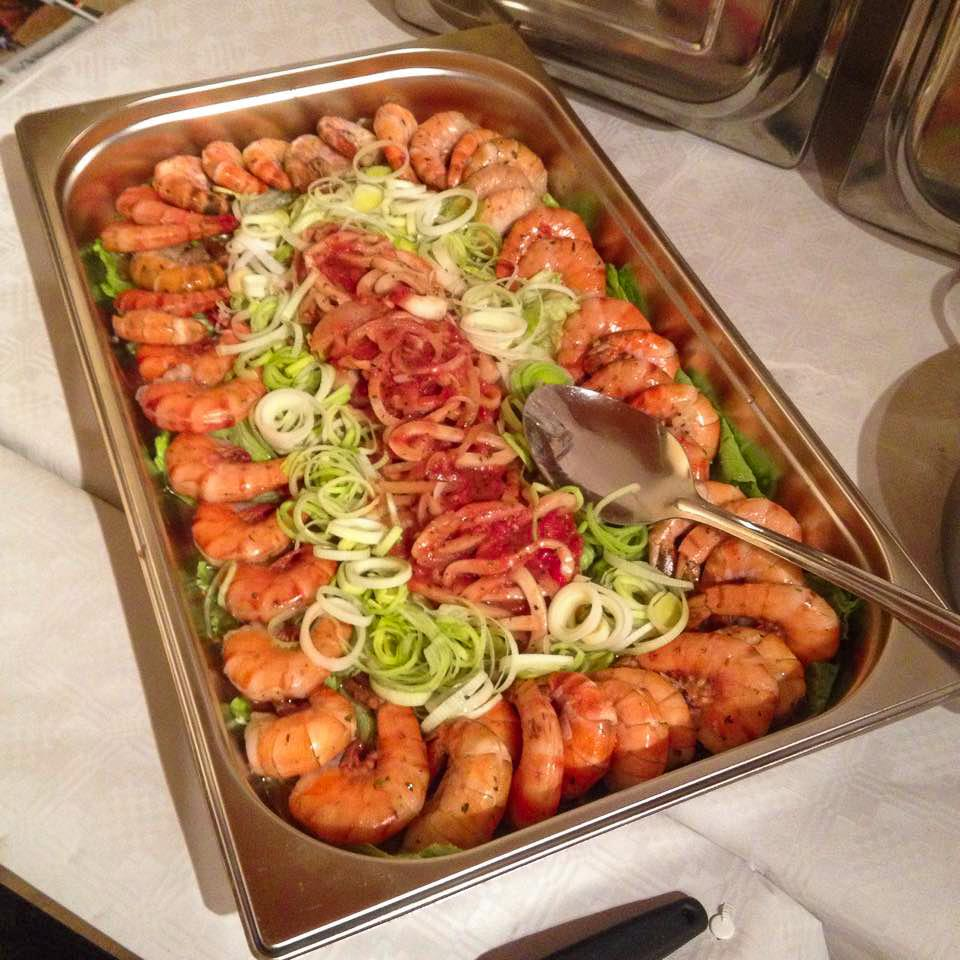Shrimps auf Salat und Lauch
