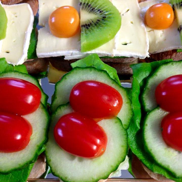 Häppchen mit Salat, Gurken und Tomaten